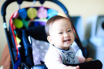 ベビーカーに乗っているかわいい赤ちゃん