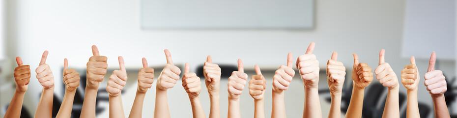 Viele Hände mit Thumbs up