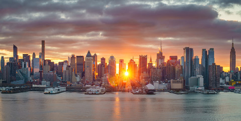 Fototapete - Cloudy sunrise over Manhattan, New York