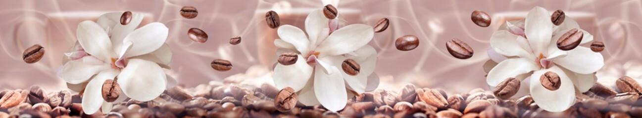 ziarna kawy na tle kwiatów