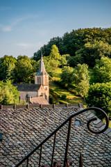 Vue sur le village et l'église Sainte-Marie-Madeleine de Belcastel