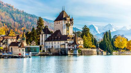 Schloss Oberhofen im Herbst, Thunersee, Berner Oberland, Schweiz