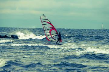 Mädchen lernt surfen