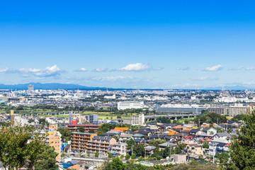 青空が広がる住宅街