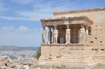 Baldaquin de l'Érechthéion, sur l'acropole d'Athènes avec ses cariatide ou caryatide, «femmes de Caryes »