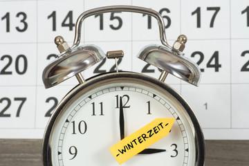 Eine Uhr wird auf Winterzeit umgestellt