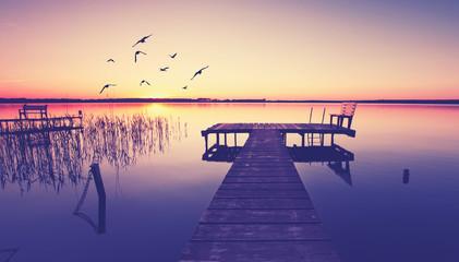 romantischer Bootstseg am See im Herbst