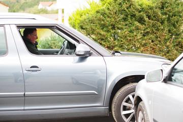 Autofahrer übersieht ein von rechts kommendes Auto