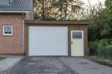 Garage mit einem weißen Tor und weißer Tür