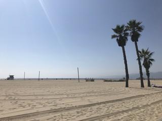 Les parents emmènent leur petit à la plage...
