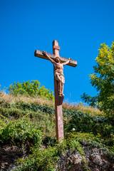 Croix et Christ dans le village de Conques en Rouergue