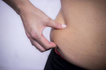 mujer mano exceso, vientre grasa