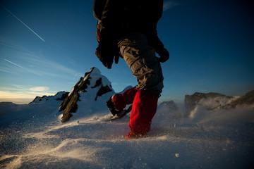 Photo sur Toile Alpinisme Bergsteiger mit Schneeschuh im Winter