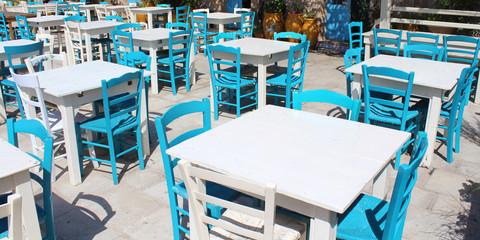 Marzameni (Sicile) / Terrasse de restaurant avec tables et chaises en bois