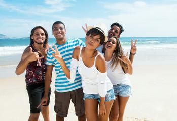 Internationale Jugendliche feiern am Strand