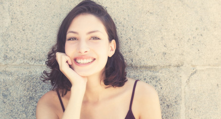 Lachende junge Frau im Retro Look