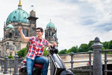 Roller fahrenderTourist Mann macht Selfie vor dem Berliner Dom