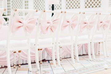 Оформление интерьера розовыми декорациями