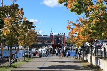Hörnbrücke mit Menschen im Herbst, Germaniahafen, Kiel