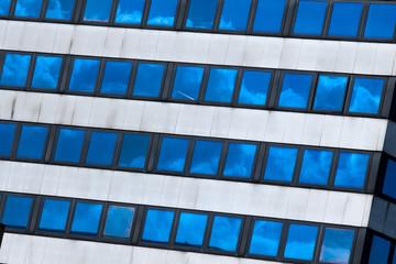 Bürogebäude mit verspiegelten Fenstern