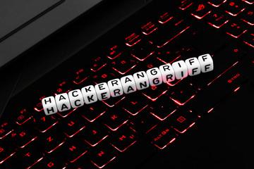 Hackerangriff Symbol Buchstabenwürfel auf Tastatur