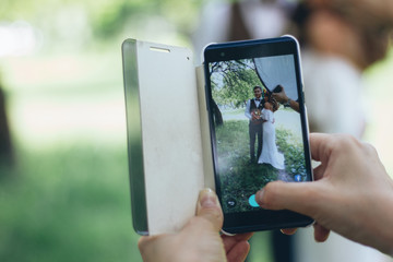 Photographing wedding couple by the smartphone