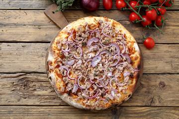 pizza italiana con tonno e cipolle sfondo rustico
