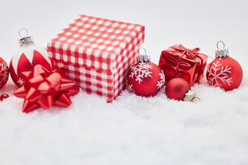 Frohe Weihnachten mit Geschenk und Dekoration