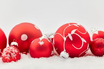 Rote Weihnachtskugeln zu Weihnachten