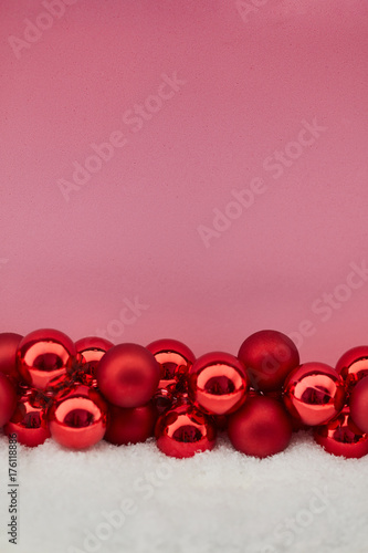 Christbaumkugeln Rosa.Christbaumkugeln Vor Rosa Als Weihnachten Hintergrund Stock