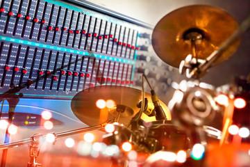 Instrumentos musicales y música.Grabacion de bateria.Detalle de mesa de mezcla y bateria.Ingenieria de sonido y produccion musical.