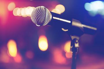 Microfono y luces de escenario. Concepto de concierto y musica en directo. Fondo musical y fiesta de karaoke