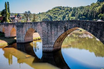 Le vieux pont du village d'Estaing au dessus du Lot