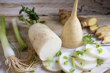Frischer Rettich zum Anrichten von Salat mit Ingwer und Lauchzwiebeln,