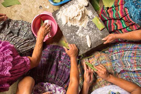 San Pedro la Laguna, Guatemala: Mayan women in traditional wear preparing food together