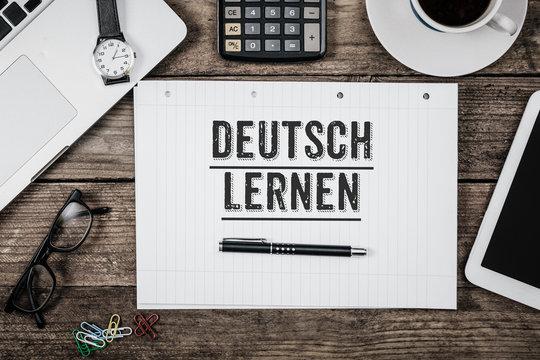 Deutsch lernen steht auf Notizblock auf Büro Schreibtisch
