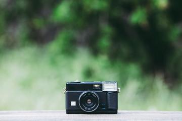 レトロなカメラと緑ボケ背景