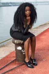 Jeune africaine portant des dreadlocks