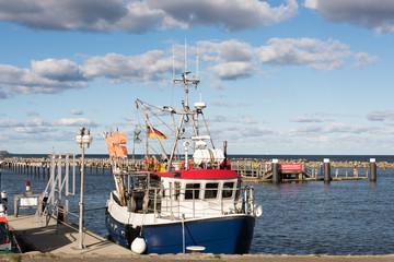 Fischkutter im Herbst in einer Marina an der Ostsee