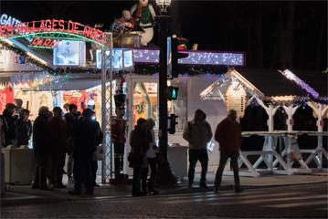 Illuminations et marché de Noël sur les Champs Elysées à Paris pour les fêtes de Noël