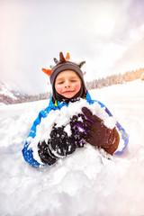 Freude im schnee kind junge