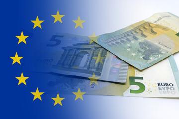 Bandiera euro con cartamoneta da cinque euro