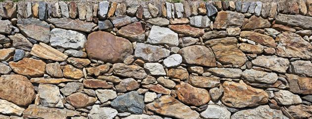 rustikale Natursteinmauer in den Bergen
