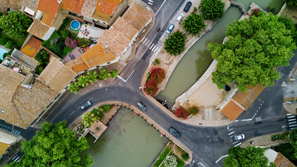 Photo sur Plexiglas Canal Aerial top view of boats and lock in Canal du Midi, road and bridge from above, Southern France