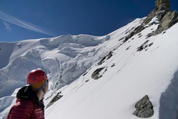Bergsteigerblickt zum Gipfel des Piz Palü via Ostpfeiler, Kuffnerpfeiler mit Seracs und Wechten im Hintergrund