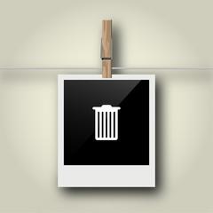 Sofortbild mit Symbol an Wäscheleine - Mülleimer