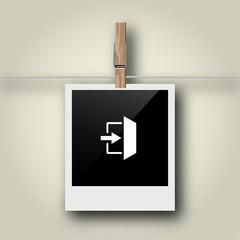 Sofortbild mit Symbol an Wäscheleine - Notausgang