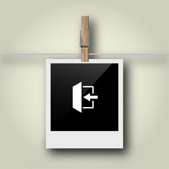 Sofortbild mit Symbol an Wäscheleine - Ausgang