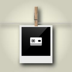 Sofortbild mit Symbol an Wäscheleine - Kreditkarte
