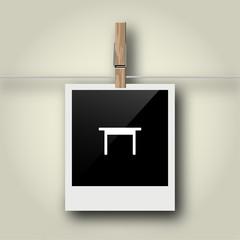 Sofortbild mit Symbol an Wäscheleine - Tisch